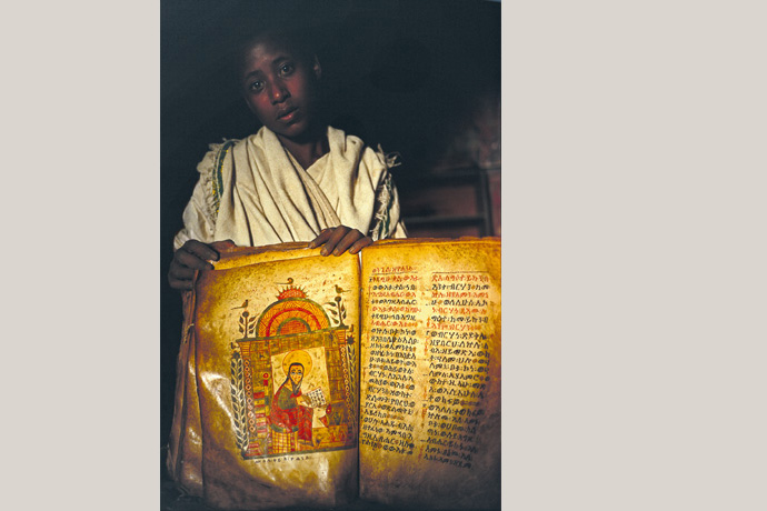 Äthiopischer Mönch mit Pergamenthandschrift aus dem 17. Jahrhundert