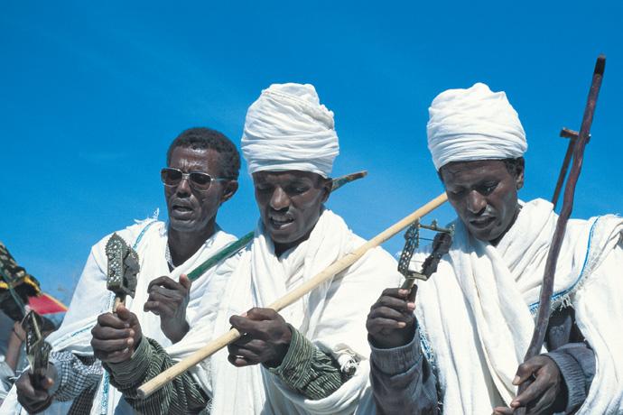 Tanzende Diakone beim St.-Gabriel-Fest, Äthiopien