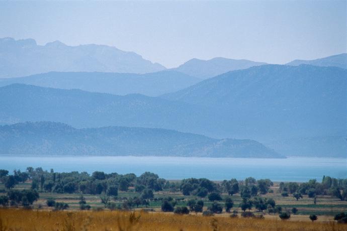 Der See von Beysehir vor der Kulisse des Taurusgebirges, Türkei